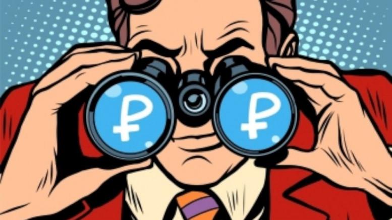 Hombre mirand prismaticos rublos rusia