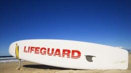 Tabla surf en la playa de Surfers Paradise, Australia