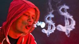 Hombre echando senales humo dolares