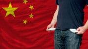 Bandera china y hombre sin dinero