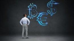 Hombre mirando bitcoin, euro y dolar