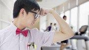 Hombre chino flexionando brazo